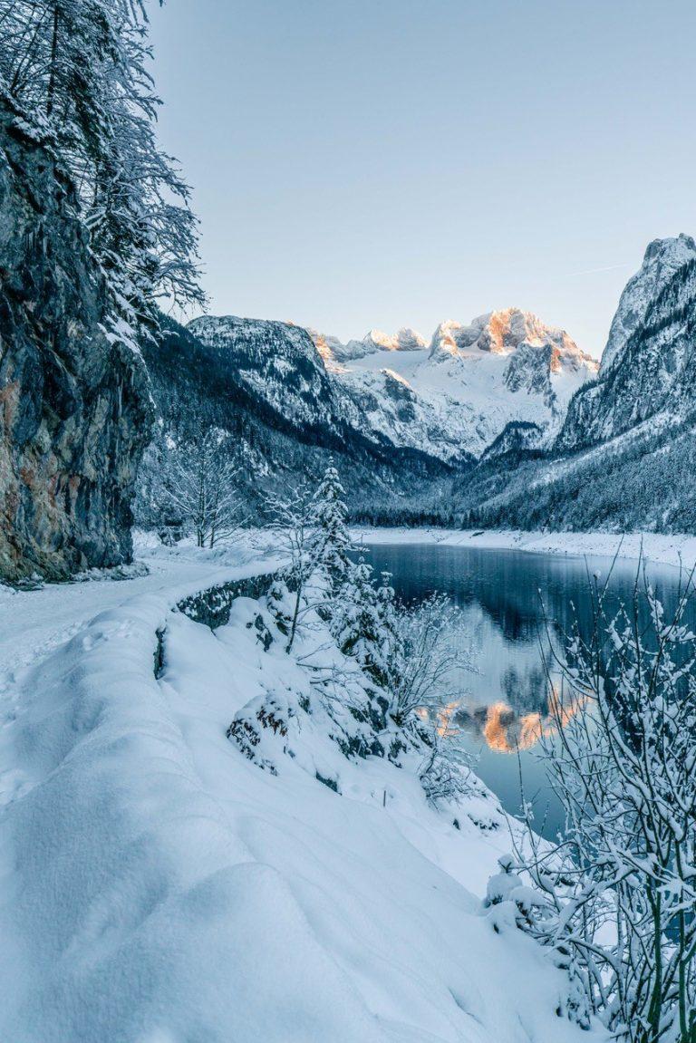 Eine winterliche Szenerie in den Bergen.