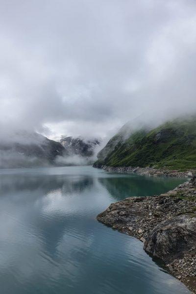 ein vernebelter Tag gegen Ende des Winters, ein Bergsee ist zu sehen.