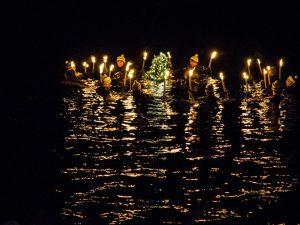 Vom Wald ins Wasser: Die Geschichte vom traditionellen Christbaum(tauchen)