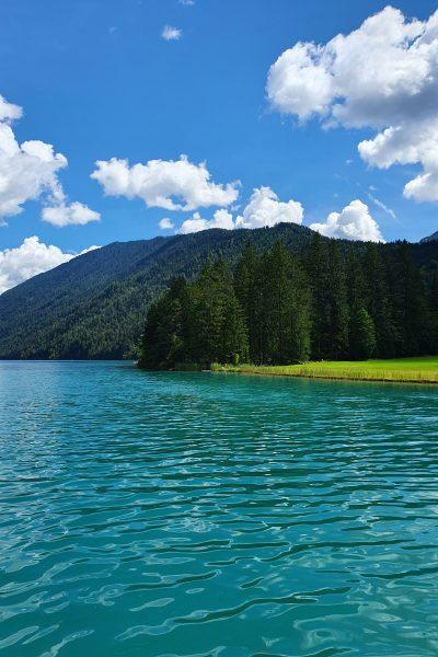 Ein Sommertag am See, ein klarer blauer Himmel.