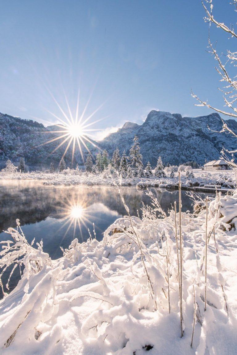 Strahlender Sonnenschein in einer winterlichen Szenerie.