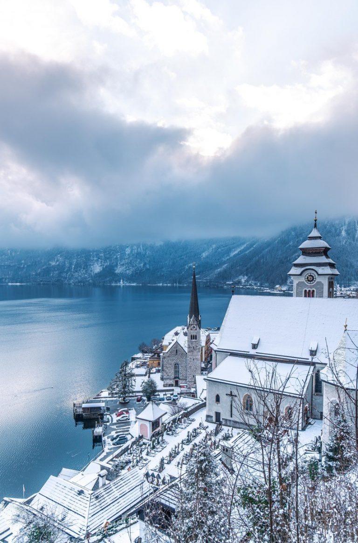 Ein Wolken verhangener See, im Vordergrund ist eine Kirche zu sehen.